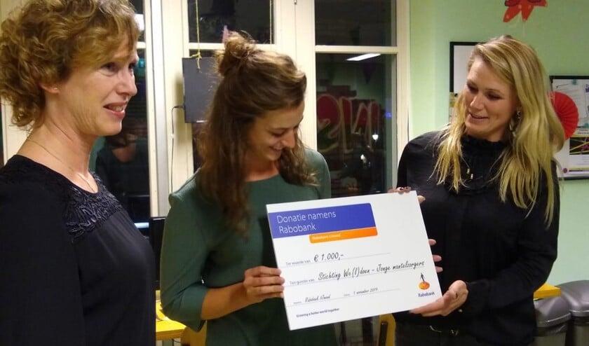 De cheque werd ontvangen door de jongerenwerkers Rianne Tol en Linda de Jong.