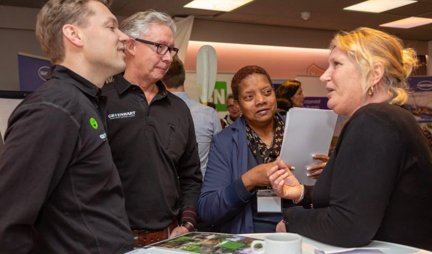 Jurjen Groenhart (links) en Cees Essen van de Groenhart Group laten zich tijdens de BeursVloer van vorig jaar informeren.C