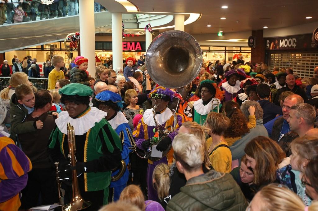 Natuurlijk zorgt de pietenband voor vrolijke muziek tijdens het feestje in De Symfonie.  (Foto: Rowin van Diest) © rodi