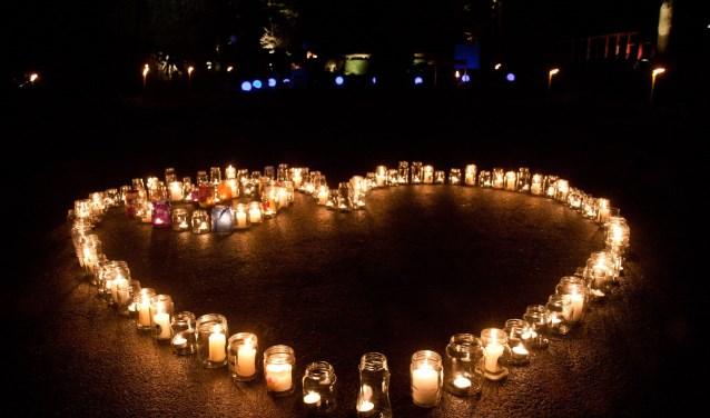 Op de begraafplaats Zuiderveld worden kaarsjes aangestoken voor de overleden kinderen.