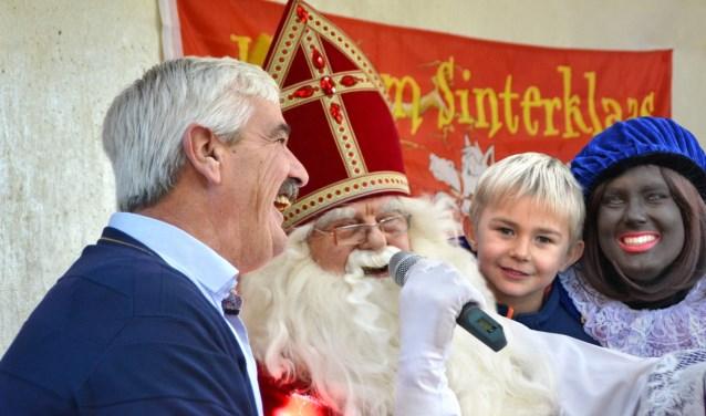 Sinterklaas entertaint jong en ouder in Opmeer.