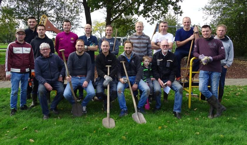 Het bestuur van de Stichting Speeltuin Marken en een grote groep trouwe vrijwilligers, van jong tot oud, hebben afgelopen zaterdag de speeltuin aan de Zuiderzeeweg op Marken onder handen genomen.