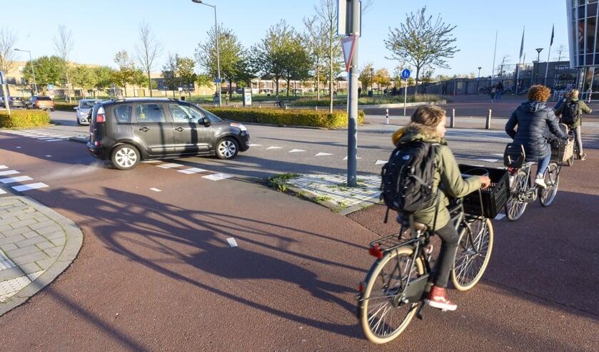 Fietsers op de kruising Fanny Blankers Koen-laan en Molenaarslaan.