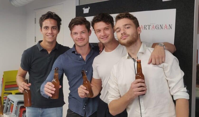 Op de foto (v.l.n.r.) Stan, Max, Nino en Melvin. Ze proosten alvast op hun biertje.