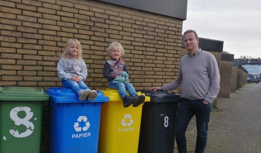 Menno Verbeek heeft de afvalscheiding goed georganiseerd. Linde en Cas (en zijn konijntjes) wilden ook best even poseren voor de foto.