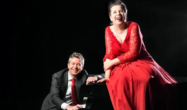 Francis van Broekhuizen brengt haar theaterconcert 'Bij twijfel hard zingen' in Theaterkerk Hemels.