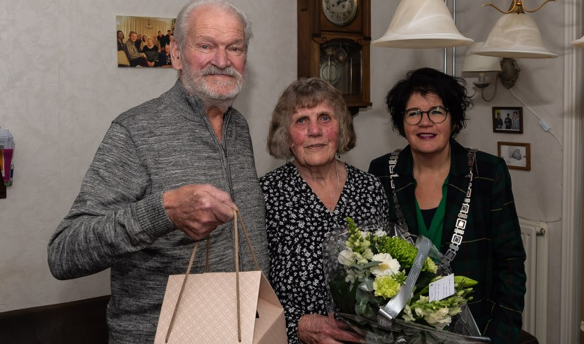 Felicitaties van burgemeester Joyce van Beek voor het echtpaar Zandstra-Buis dat 60 jaar is getrouwd.