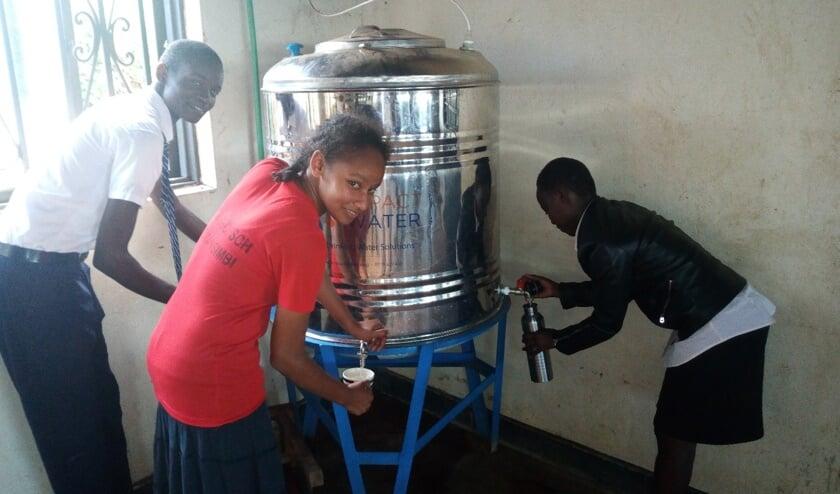 Het waterfilter, geschonken door L4GG wordt graag gebruikt in Oeganda!