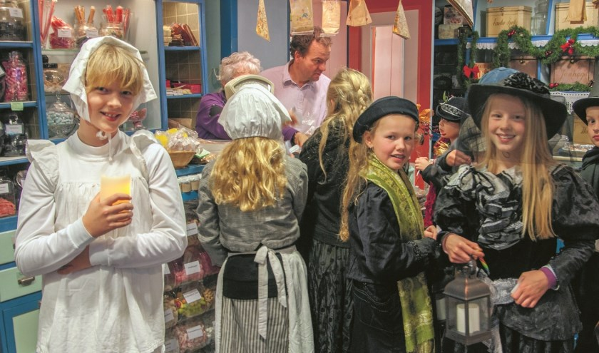 In het centrum van Medemblik lopen 13 december veel Dickensfiguren rond.