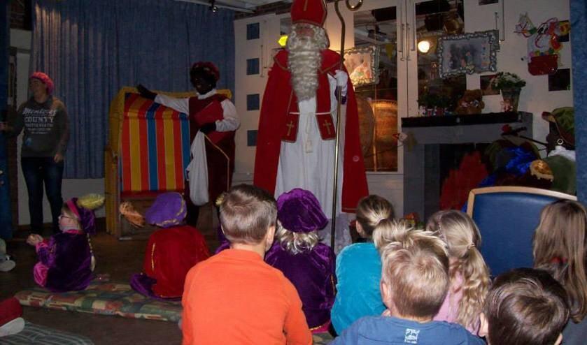 Samen met zijn pieten komt de Sint langs in het clubgebouw van de speeltuin.