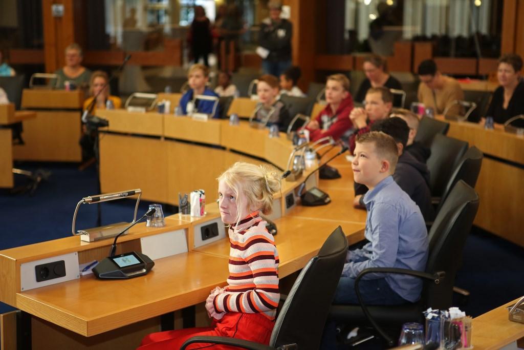 In de raadzaal mogen de kinderen op de 'officiële' manier vragen stellen aan de burgemeester.  (Foto: Rowin van Diest) © rodi