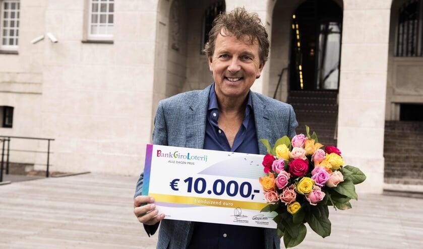 De Vijfhuizense Tom is verrast met een cheque van 10.000 euro.