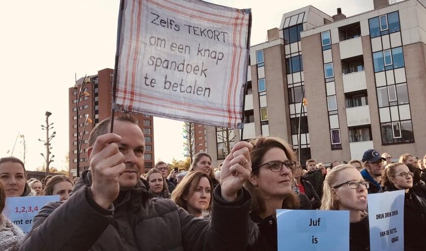 Leraren protesteren tegen de te hoge werkdruk en het te lage salaris.