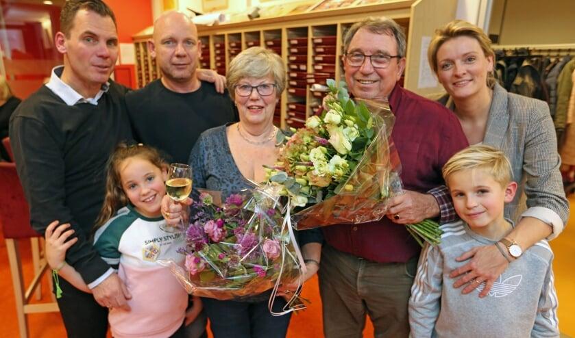 Het trotse gezin Van Dijk, met in het midden de met een Koninklijke onderscheiding gedecoreerde Joke.