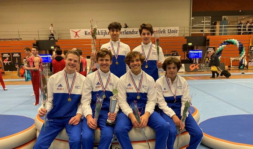 De trotse kampioenen. Op de voorgrond v.l.n.r. Sverre van Wijngaarden, Mikel Zwarthoed, Bram van Zelst en Julien Zwiers. Daarachter Evrim Ksikas en Dorin Radulescu.