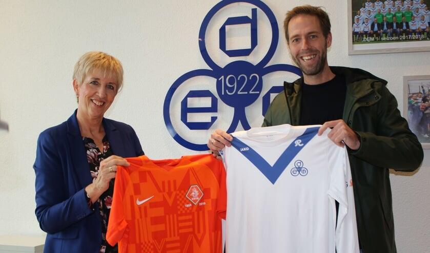 Op de foto: Annette de Boer-van Keulen (DEM) en Jasper Bulters (KNVB)