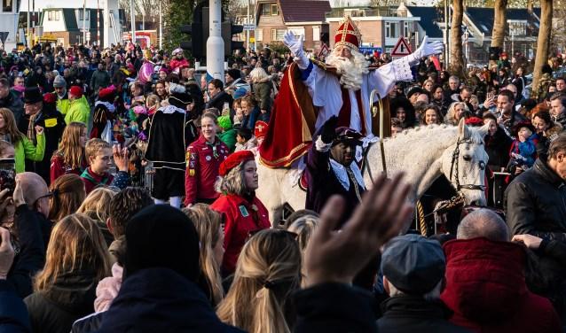 Zoals gewoonlijk stapt de Sint op de Kanaalkade op zijn paard.