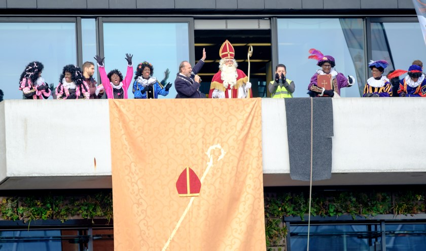 Ook dit jaar is er weer de befaamde 'balkonscène' bij het gemeentehuis.