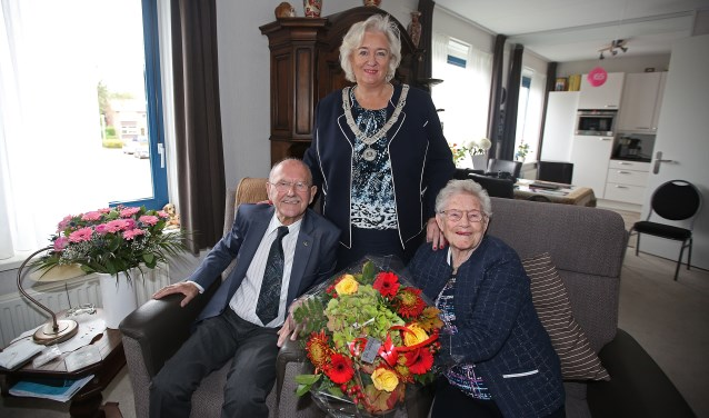 Burgemeester Marianne Schuurmans bezoekt Johannes de Vos en Aagje Johanna de Vos-Malipaard voor hun 65-jarige huwelijk.
