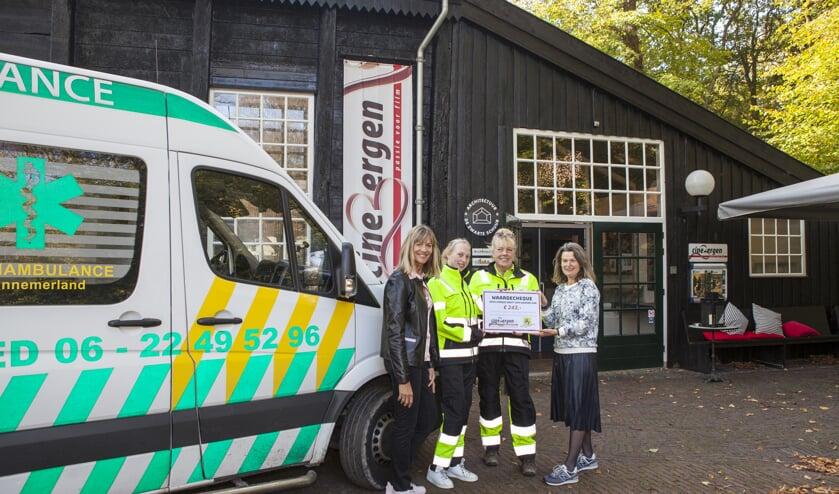 Joyce en Rosanne van DANK ontvangen de cheque uit handen van Cinebergen vrijwilligers Brigitte en Liesbeth.