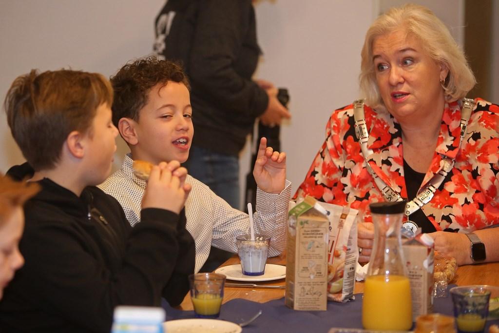 Burgemeester Marianne Schuurmans voert geanimeerde gesprekken met de kinderen.  (Foto: Rowin van Diest) © rodi