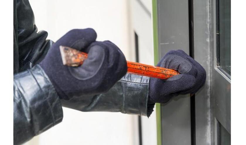 Een inbreker probeert met een koevoet een woning binnen te komen.