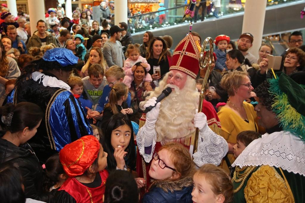 Sinterklaas spreekt de vele kinderen en hun ouders toe in De Symfonie.  (Foto: Rowin van Diest) © rodi