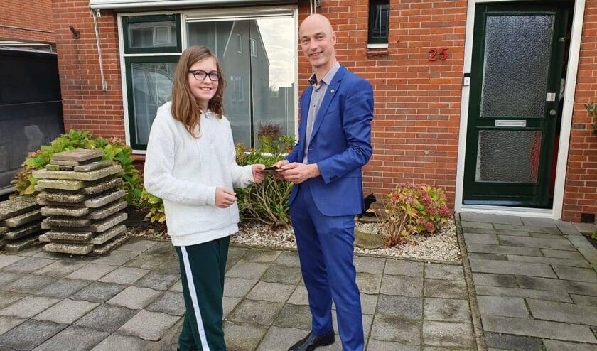Julia kreeg van wethouder sociaal domein Robert Tesselaar een VVV-bon als blijk van waardering en steuntje in de rug.