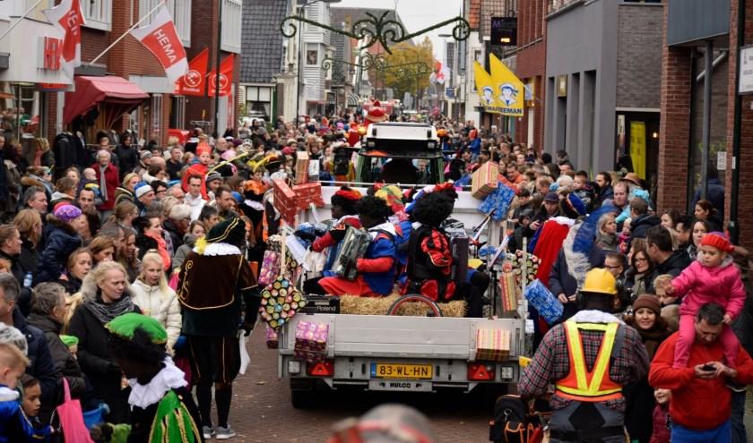 Tijdens de Sinterklaasintocht in Krommenie is altijd een gezellige drukte.