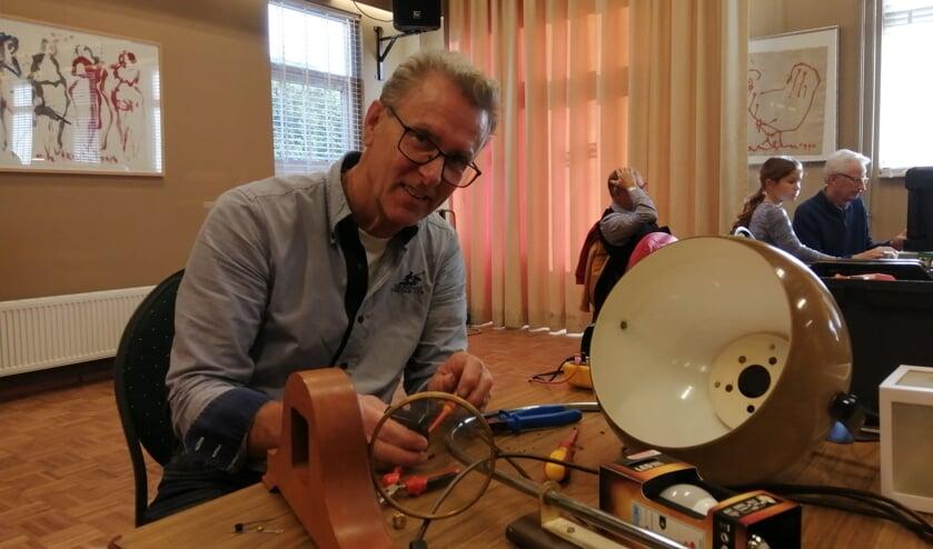 """Jan Rijswijk: """"Deze lamp doet het niet - vaak is dat het probleem."""""""
