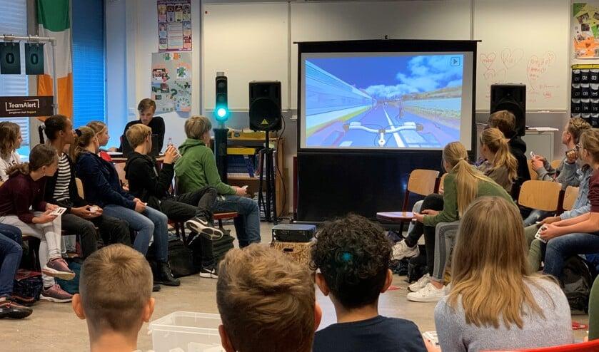 De scholieren kijken aandachtig naar de theorieles over veiligheid in het verkeer.
