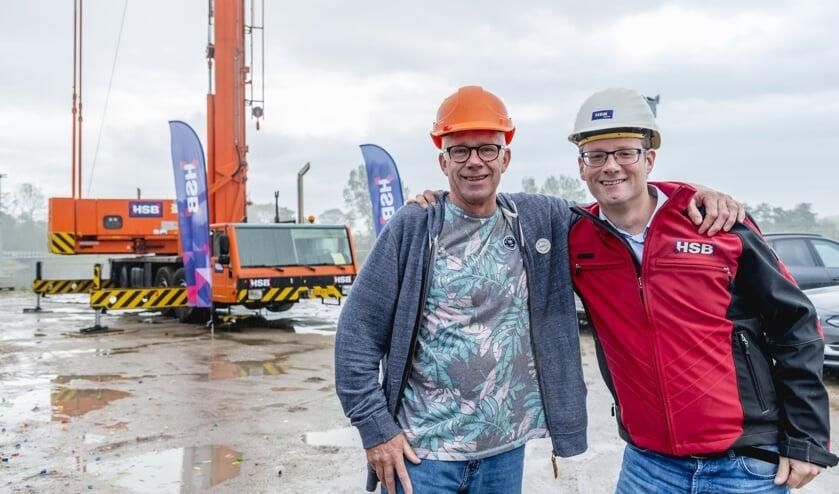 Zoon Wesley (rechts) werkt inmiddels ook alweer 19 jaar bij het Volendamse bouwbedrijf.