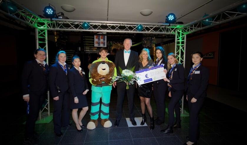 Trots wordt de opbrengst getoond van het galadiner dat het Horizon College organiseerde voor Stichting Ambulancewens.
