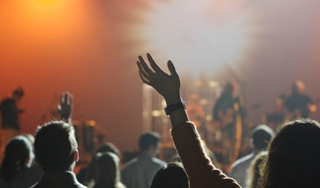 Toeschouwers genieten van de muziek.