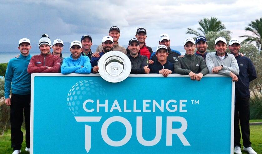 De promovendi van de Challenge Tour. Zesde van rechts Darius van Driel.