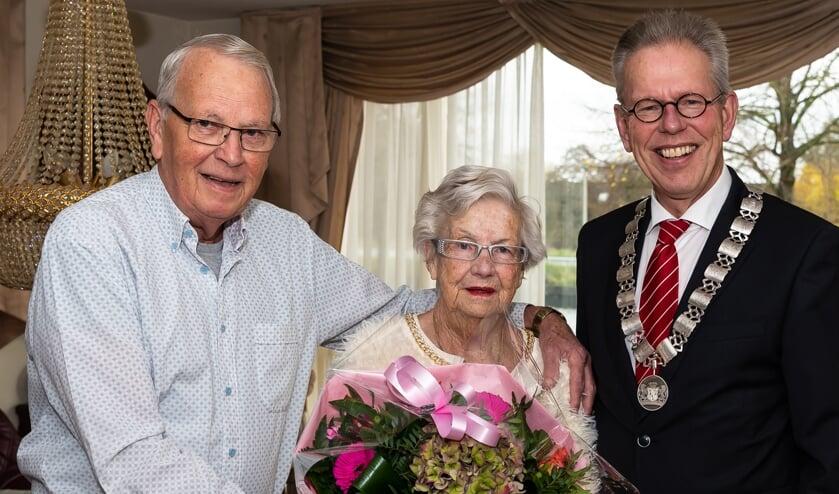 Jan en Lenie op de trouwdag met de burgemeester.