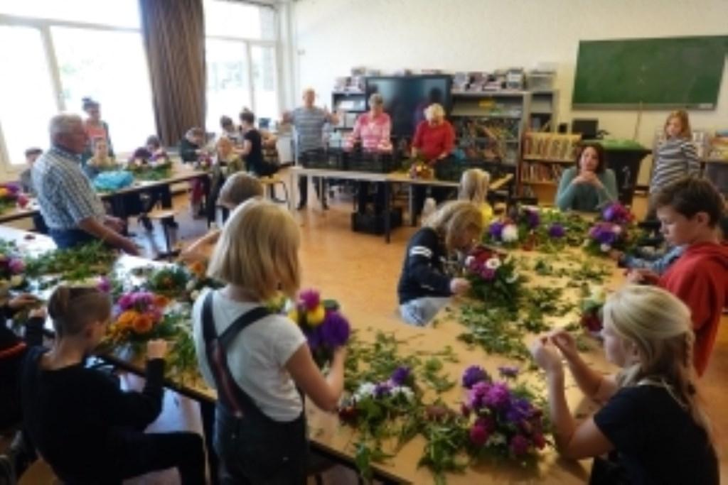 Bloemstukjes maken in de klas met meester Wim. Foto: Erna Hopman © rodi