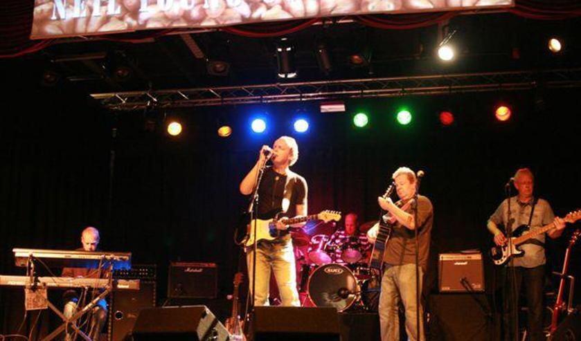 Zanger Dirk Zeeman weet de karakteristieke sound van Neil Young dicht te benaderen.