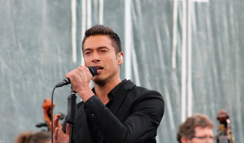 Sjors zingt drie nummers in Het Zonnehuis.