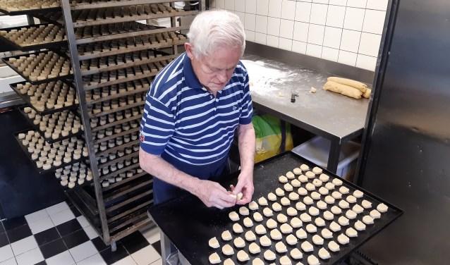 De 85-jarige bakker uit Weesp bakt Weesper Moppen voor de Week van de Smaak bij Sint Jacob.
