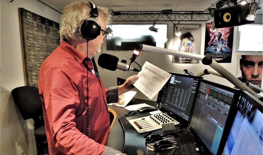 Hans Janssen (van 'Broodje Hans') aan het werk in de studio van Heemskerk FM.