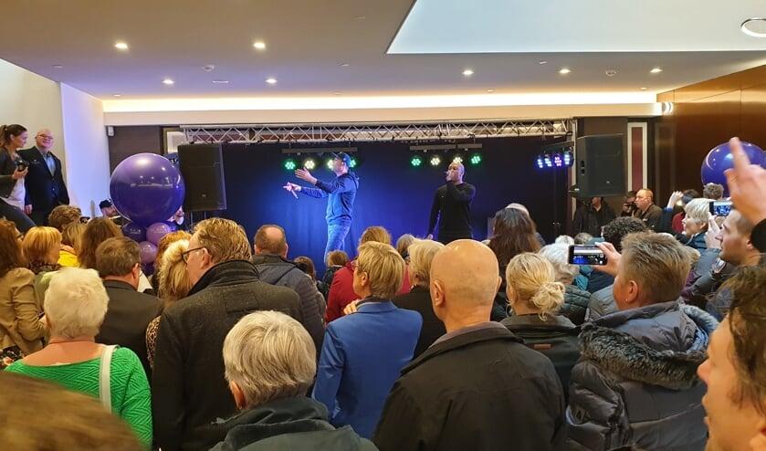 Lange Frans zingt uit volle borst tijdens de opening van Winkelcentrum Ringers.