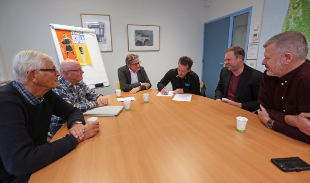 (vlnr) Peter Stroomer, Paul Ruis, Antoine Tromp, Mischa de Jong, Sebastiaan Huys en Ruben Nijhuis tekenden een intentieverklaring om te komen tot een lokaal sportakkoord.