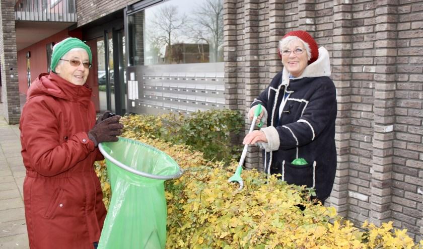 Ellie en Astrid houden de omgeving rond Woonzorg De Eijk schoon.