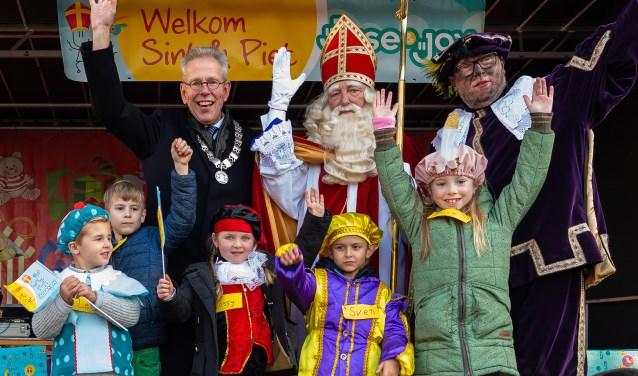 Levi, David, Jessy, Sven en Puck samen met de burgemeester en Sint op het podium.