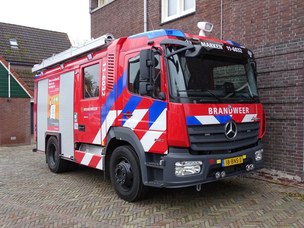 Afgelopen vrijdag werd het nieuwe brandweervoertuig van Marken gepresenteerd.   © rodi