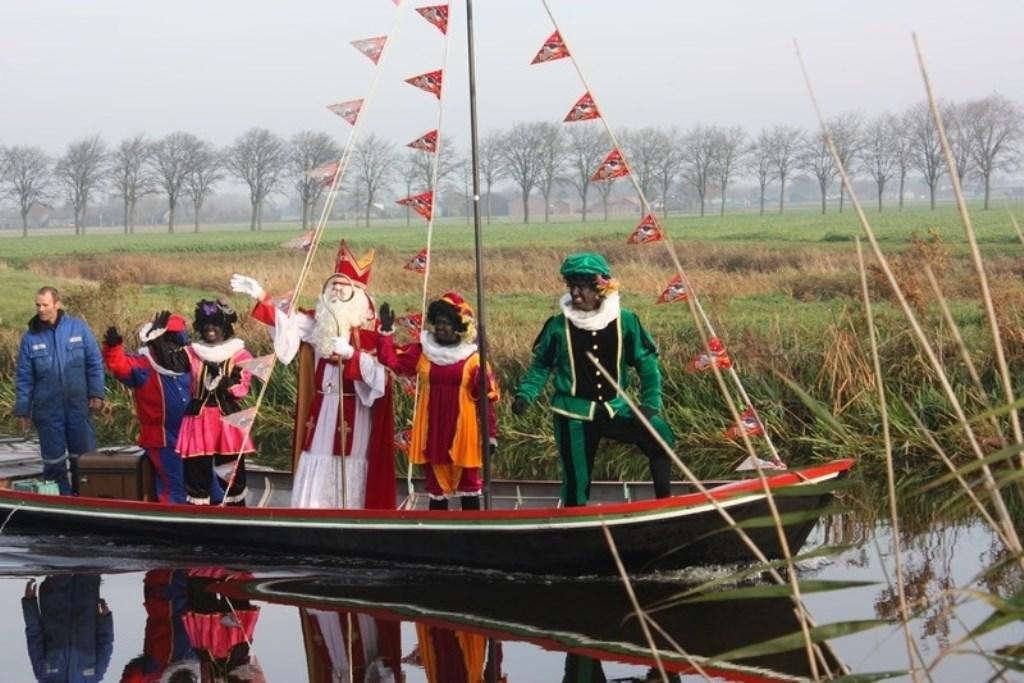 Sint en de Pieten zetten eerst voet aan wal in de haven van Broek op Langedijk. (Foto: archief) © rodi