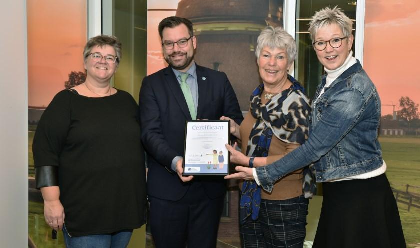 De officiële overhandiging van het certificaat door de organisatie aan de burgemeester van de gemeente Drechterland.
