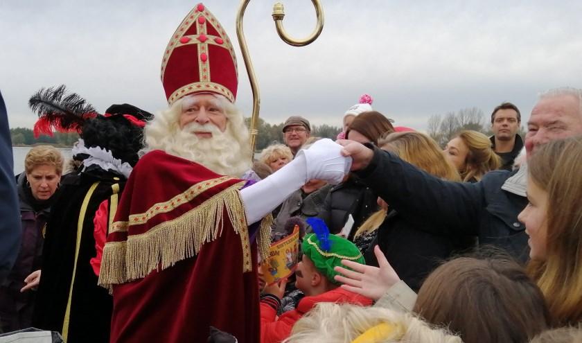 Tientallen handen heeft de Sint geschud. Ook die van vaders en moeders.