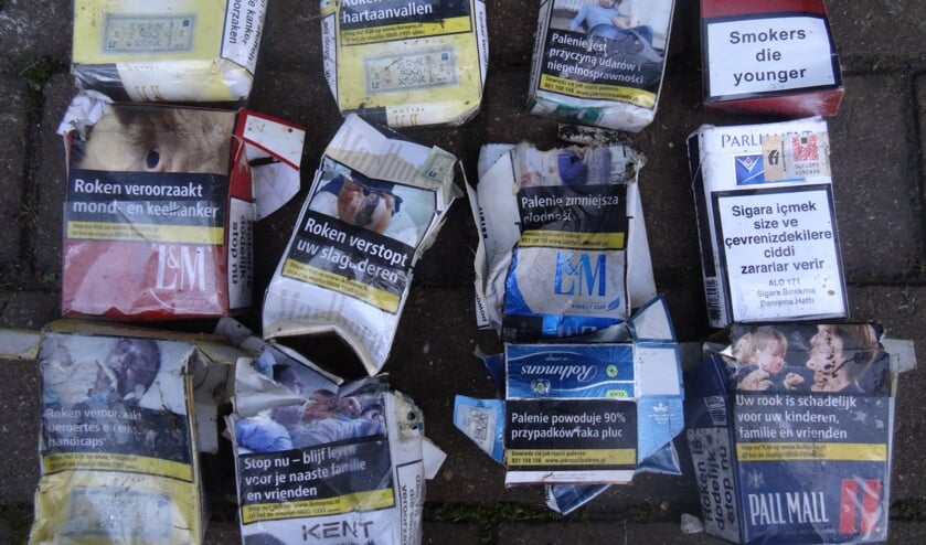 Lege sigarettenpakjes zwerven overal; op straat en in de berm.